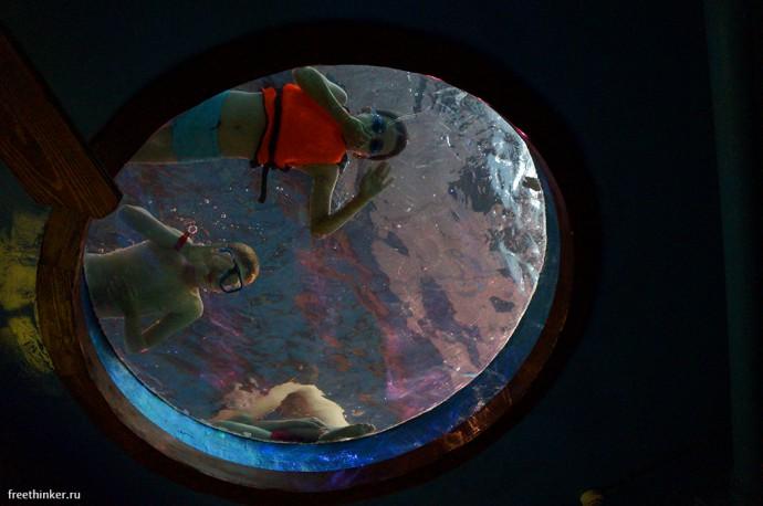 Дети в иллюминаторе потолка прохода